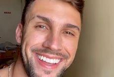 Arthur Picoli completa idade nova e diz que 'desaprendeu' a beijar na boca