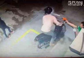Vídeo: dupla tenta roubar posto e leva banho de gasolina do frentista