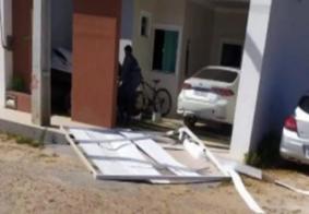 Esposa ataca amante do marido, derruba portão com carro e atropela mulheres