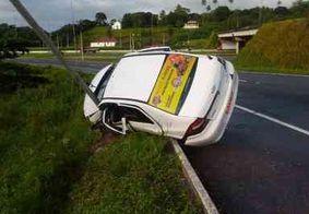 Motorista perde controle da direção e capota táxi em João Pessoa