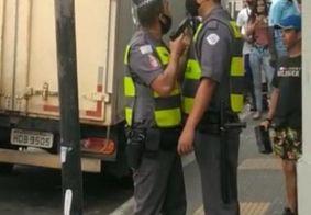 Policial aponta arma para colega durante briga; veja