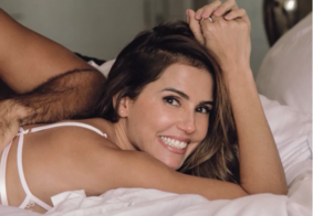 Débora Secco e o marido aparecem totalmente despidos em capa de revista