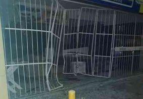 Quadrilha invade loja com carro em marcha à ré e faz vigilante refém na Paraíba
