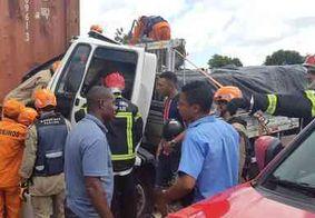 [FOTOS] Colisão entre carretas e caminhão deixa três feridos na BR-101