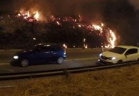 Incêndio atinge vegetação às margens da BR-230 em João Pessoa